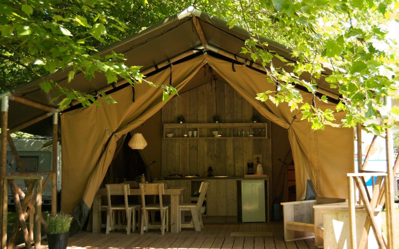 Vermietung von möblierten Safari Zelten